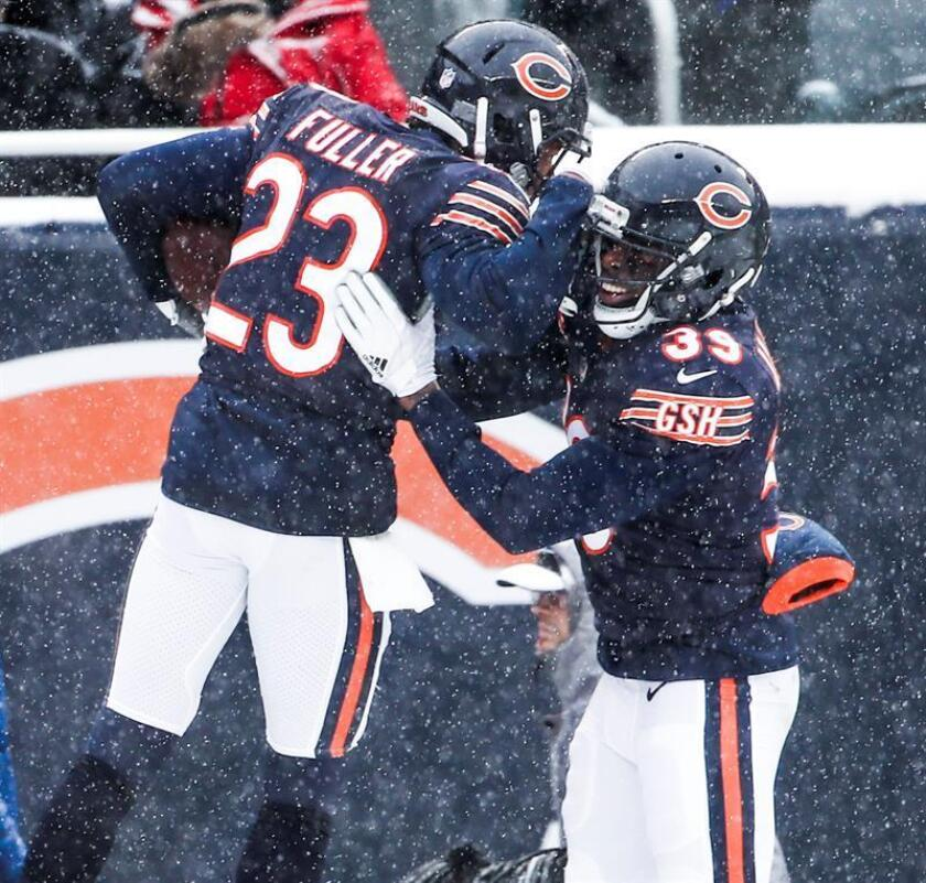 Chicago Bears cornerback Kyle Fuller (L) celebrates with Chicago Bears free safety Eddie Jackson (R) after Fuller intercepted pass thrown by Cleveland Browns quarterback DeShone Kizer in the first half of their NFL game at Soldier Field in Chicago. EFE