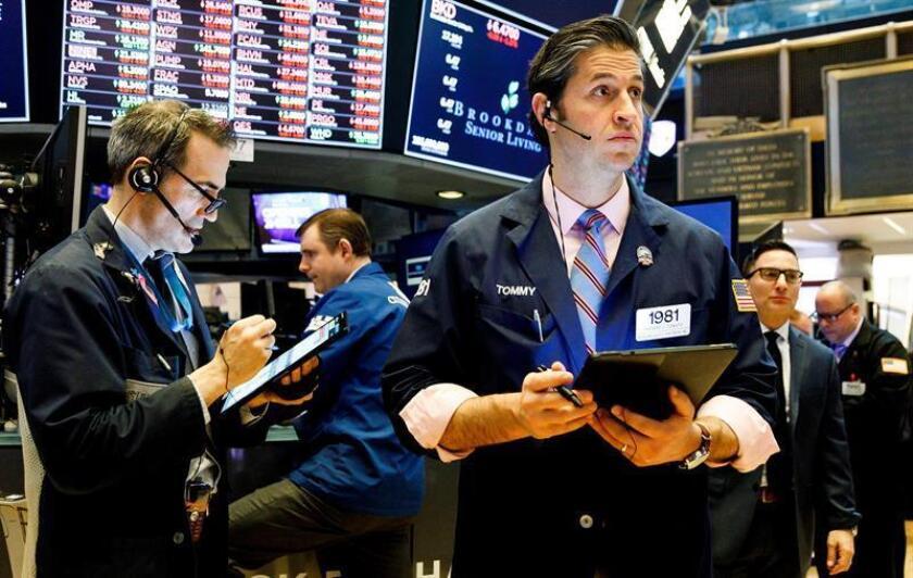 Agentes de bolsa trabajan, este viernes, en la bolsa de Nueva York (Estados Unidos). EFE