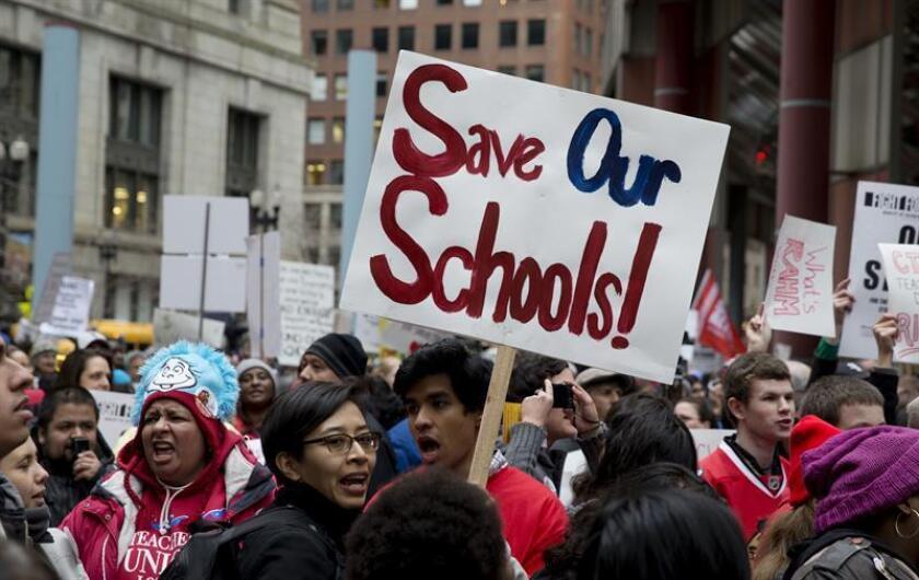 """Unos 500 maestros de escuelas """"charter"""" de Chicago se fueron hoy a una huelga en demanda de mejores salarios y más contrataciones, la primera en la historia del país de esta modalidad público-privada de educación. EFE/Archivo"""