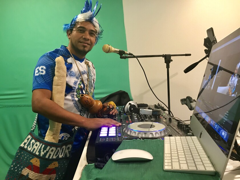 A través de la música y las pláticas aderezadas con folclore, David Dejota llega a miles de sus seguidores en las redes sociales.