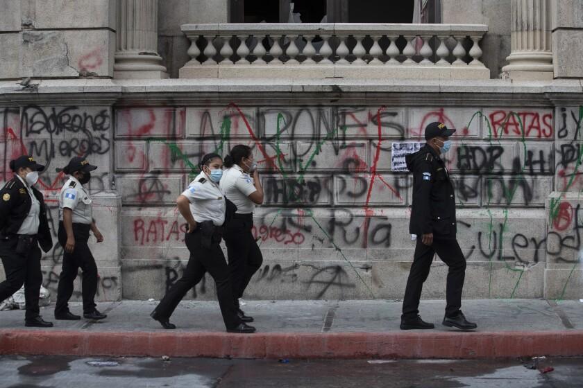 Agentes de la policía patrullan frente al edificio del Congreso