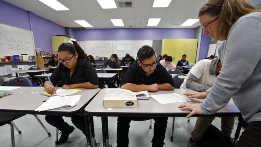 Este martes, la Junta Escolar del LAUSD votó para mantener, al menos por el momento, las vacaciones de invierno de tres semanas, las cuales permitirían que continuaran los cursos de recuperación de créditos como éste, impartido en Newmark High School.