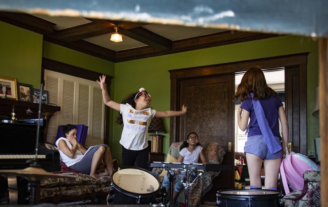Rosie Roth, centro, representa sus líneas con Carmen Furbush, en el medio, y Kat Bristow, a la derecha, durante una clase de improvisación.