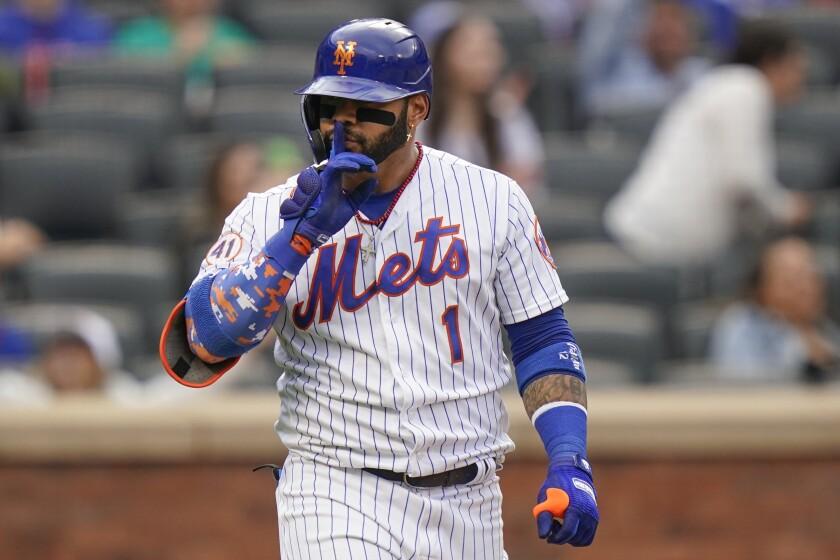 Jonathan Villar de los Mets de Nueva York hace una seña luego de pegar un jonrón en la octava entrada del juego