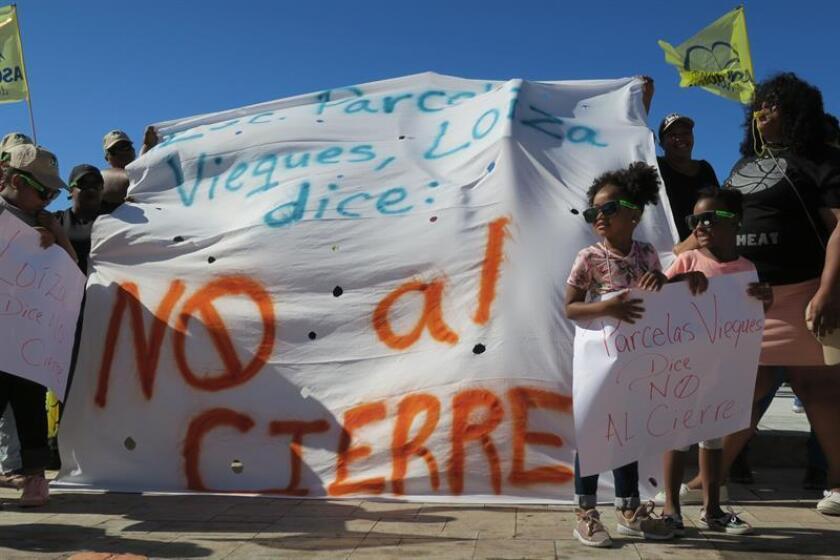 Un grupo de padres y sus hijos, convocados por la Asociación de Maestros de Puerto Rico, protestan hoy, miércoles 25 de abril de 2018, ante la sede del Legislativo en San Juan (Puerto Rico). EFE