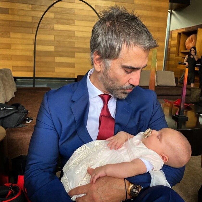 Alejandro disfruta la llega de su primera nieta Cayetana.