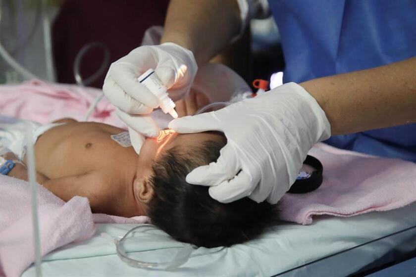 Un pequeño es atendido en un hospital de la ciudad de Guadalajara (México) hoy, martes 2 de octubre de 2018. EFE