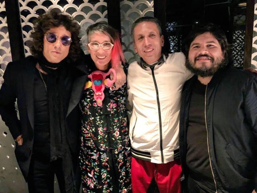 Al medio, los integrantes de Aterciopelados, flanqueados por Enrique Bunbury y el vocalista de Él Mató a un Policía Motorizado, todos ellos en la Premiere del Latin Grammy.