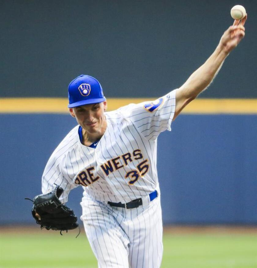 En la imagen, el jugador de los Cerveceros de Milwaukee Brent Suter. EFE/Archivo