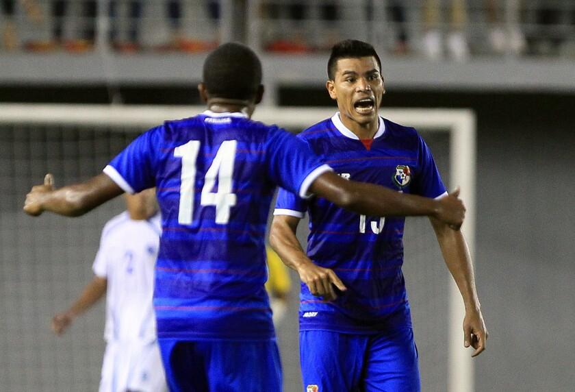 Martín Gómez (d) y José Gonzáles (i) del la selección de Panamá, celebran su anotación ante El Salvador, durante un partido amistoso hoy, miércoles 17 de febrero de 2016, en Ciudad de Panamá (Panamá).