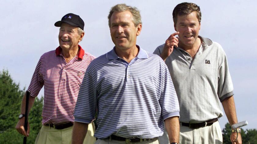 En una biografía que saldrá a la venta mañana martes en Estados Unidos, el expresidente George H. W. Bush (1989-1993) censura sin tapujos a dos figuras clave en la Administración de su hijo y le atribuye a él la responsabilidad última de los errores que se cometieron, por no haber parado los pies a sus subordinados.