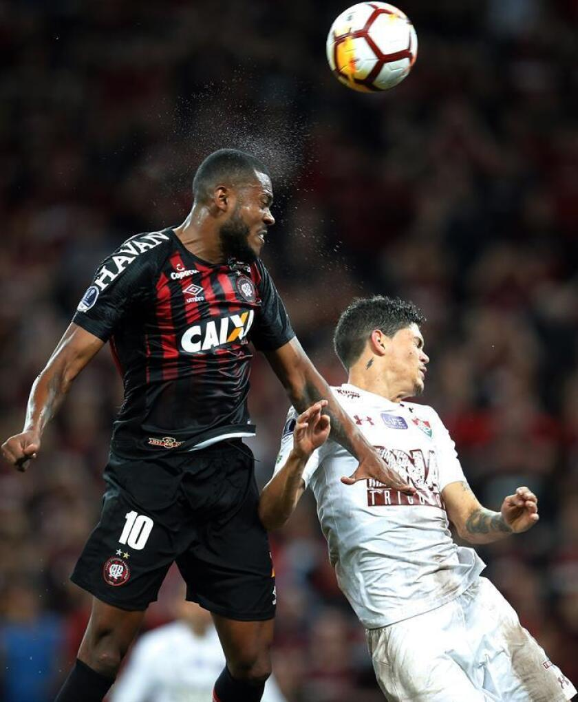 Marcelo Cirino (L) of Atletico Paranaense in action against Ayrton Lucas (R) of Fluminense during the Copa Sudamericana semifinal match between Atletico Paranaense and Fluminense, at Arena da Baixada Stadium in Curitiba, Brazil, 07 November 2018. EPA-EFE/HEDESON ALVES