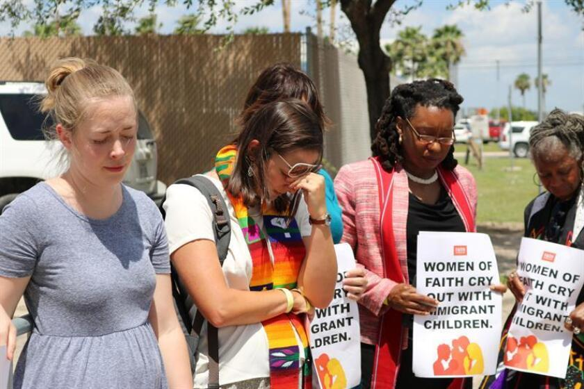 """Manifestantes del grupo religioso """"Faith in Public Life"""" (Fe en vida pública) protestan hoy, miércoles 27 de junio de 2018, frente al Centro de Procesamiento de Inmigrantes de la Patrulla Fronteriza (CBP) en McAllen, Texas (EE.UU.). EFE"""