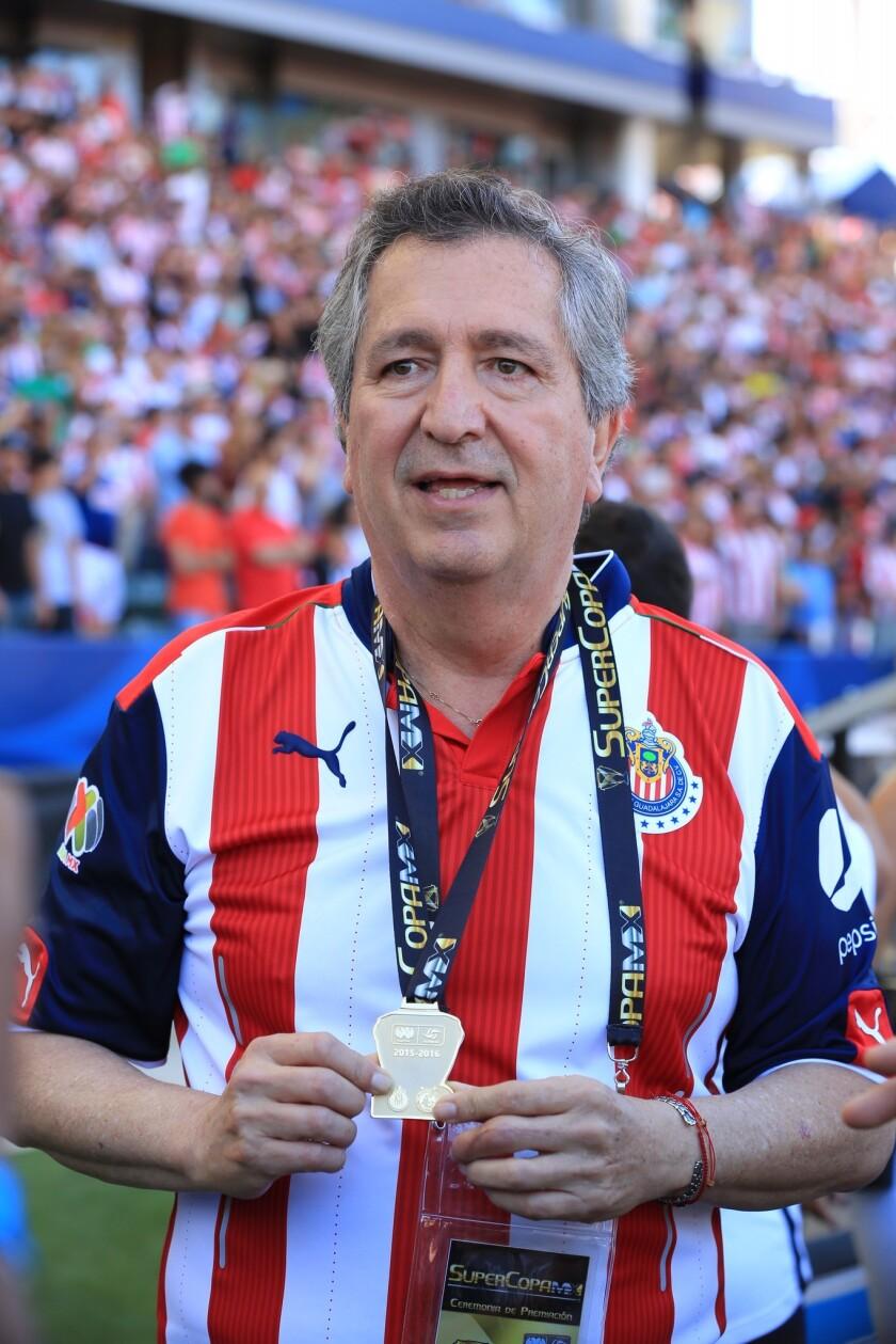 Jorge Vergara, presidente de Chivas, lloró tras la conquista de la SuperCopa de la Liga MX.