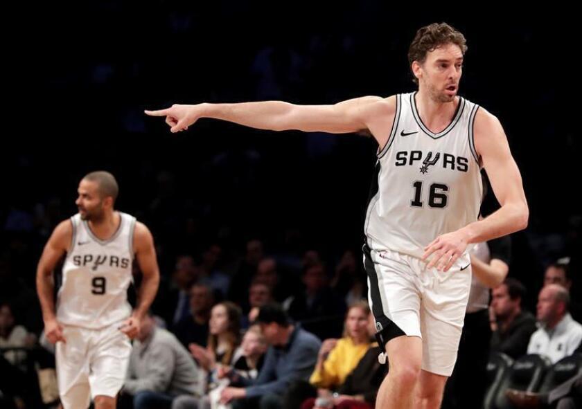 El jugador Pau Gasol (d) de San Antonio Spurs reacciona durante un juego entre San Antonio Spurs y Brooklyn Nets de la NBA en el Barclays Center, en Brooklyn, Nueva York (Estados Unidos). EFE