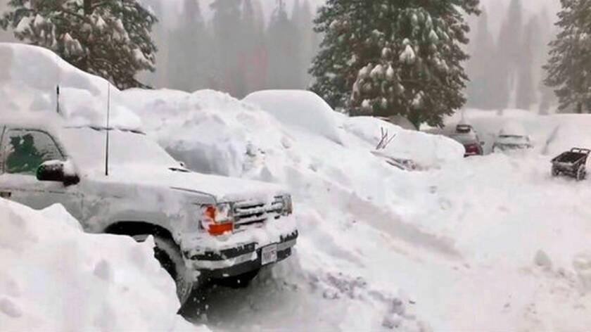 Foto tomada de un video publicado por Joel Keeler muestra vehículos sepultados por la nieve en el estacionamiento del hotel Montecito Sequoia Lodge en la Sierra Nevada de California.