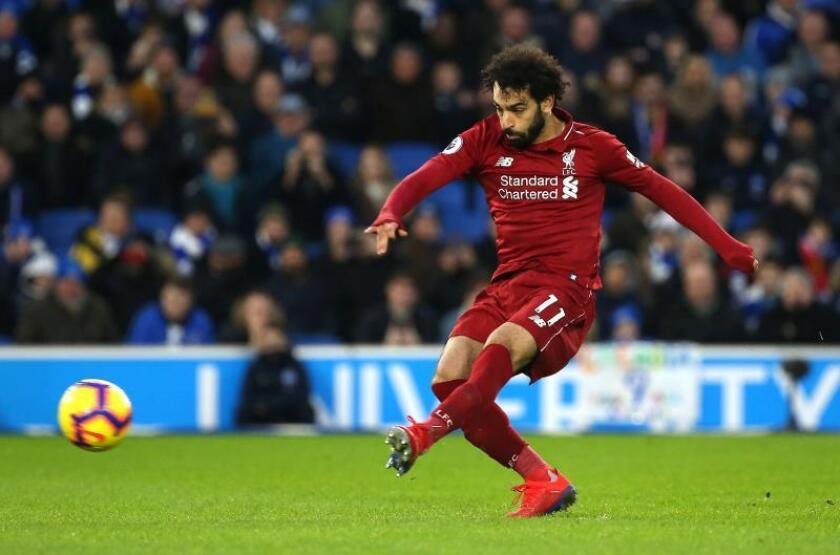 El extremo del Liverpool Mohamed Salah marca de penalti Brighton Hove Albion en Brighton. EFE/EPA
