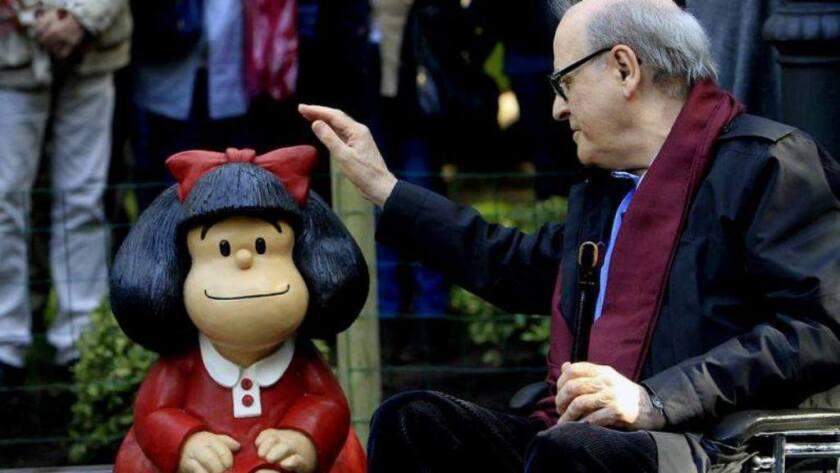 El creador de Mafalda junto al personaje de sus tiras cómicas.