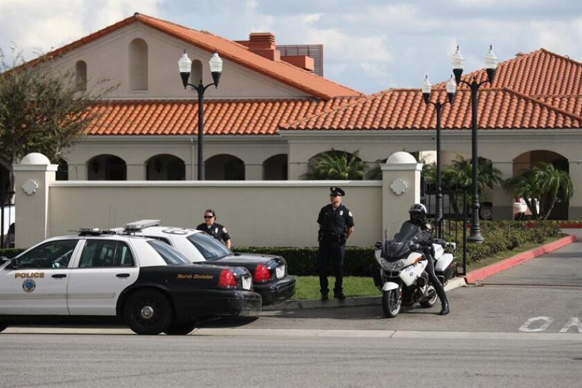 """Agentes de la policía custodian el viernes 14 de diciembre 2012, la entrada del cementerio All Souls donde reposan los restos de Jenni Rivera, en Long Beach, la ciudad californiana donde nació """"La Diva de la Banda"""". EFE/Archivo"""