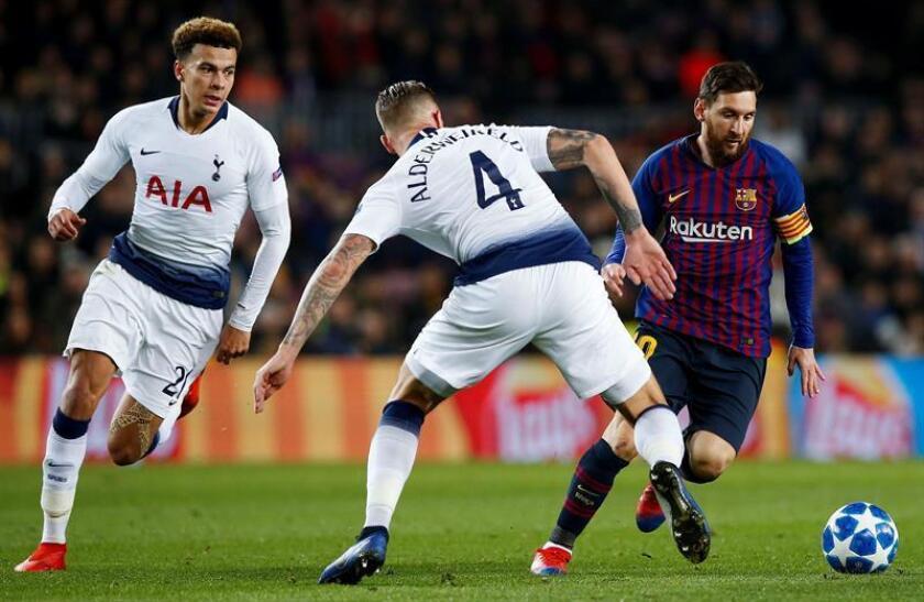 El delantero del FC Barcelona Leo Messi (d) juega un balón ante Dele Alli (i) y Toby Alderweireld, ambos del Tottenham Hotspur, durante un partido. EFE/Archivo