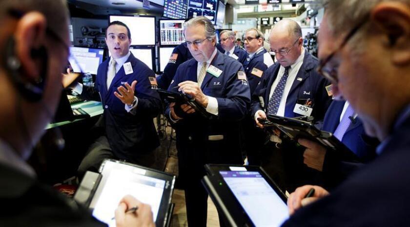 Wall Street cerró hoy en territorio mixto y el índice compuesto del mercado Nasdaq subió un 0,48 % hasta un nuevo récord histórico, mientras que el Dow Jones de Industriales cedió un 0,03 % y el selectivo S&P 500 avanzó un 0,18 %. EFE/ARCHIVO
