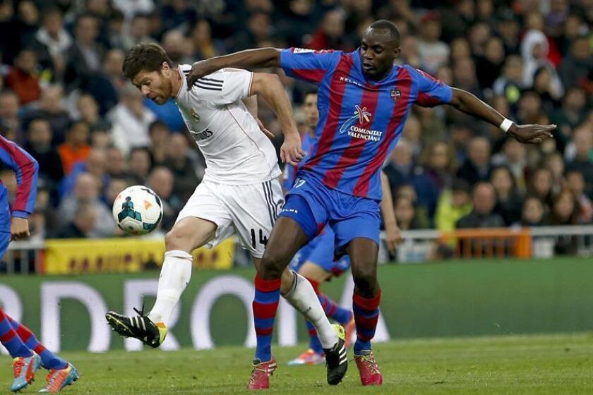 Fotografía del centrocampista malí Mohamed Sissoko (d). EFE/ARCHIVO