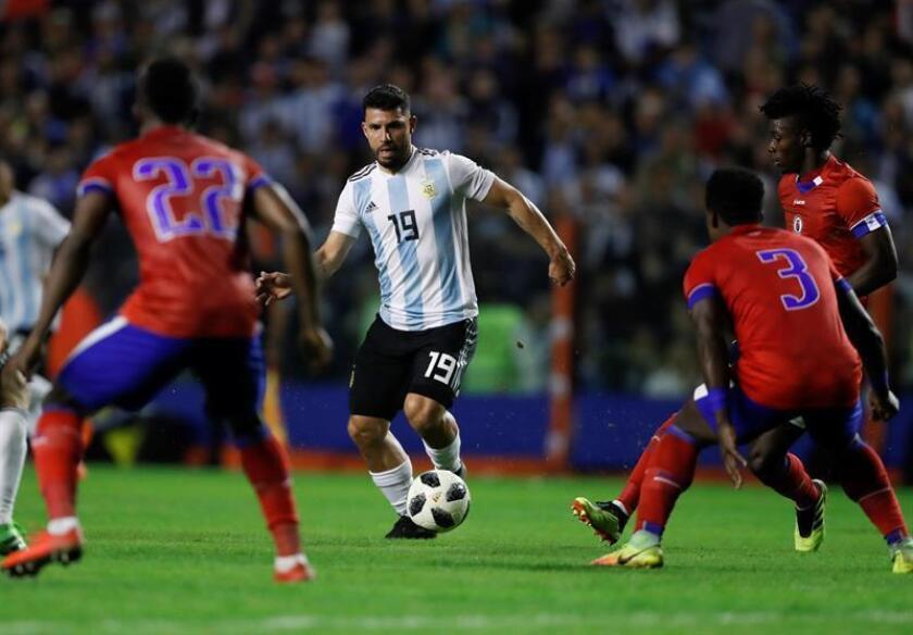 En la imagen, el jugador de Argentina Sergio Agüero (c). EFE/Archivo