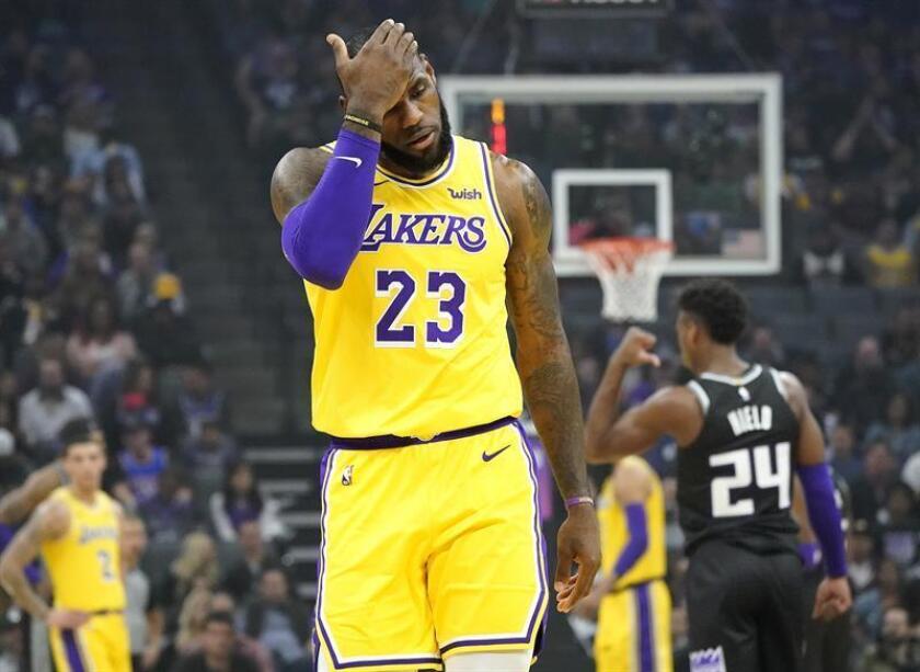 El delantero de Los Angeles Lakers, LeBron James, se limpia la frente después de una jugada contra los Sacramento Kings durante la primera mitad del partido de baloncesto de la NBA entre Los Angeles Lakers y Sacramento Kings en el Golden 1 Center en Sacramento, California, EE. UU., El 10 de noviembre de 2018. (Baloncesto, Estados Unidos). EFE