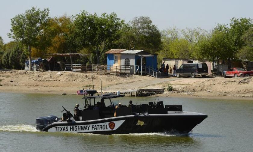 Agentes de la patrulla fronteriza de EEUU navegan el miércoles 27 de febrero de 2013, el Río Grande, en la frontera entre EEUU y México, cerca de McAllen, Texas, (EEUU). EFE/LARRY W. SMITH/Archivo
