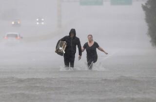 El saldo de Harvey: por lo menos 10 muertos, 450,000 necesitarían ayuda