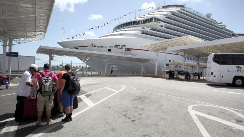El Carnival Breeze, atracado en Miami el 22 de junio de 2013 ().