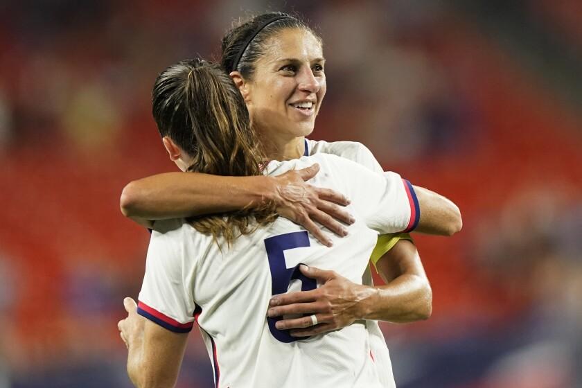 Carli Lloyd (derecha), de la selección estadounidense, abraza a Kelley O'Hara