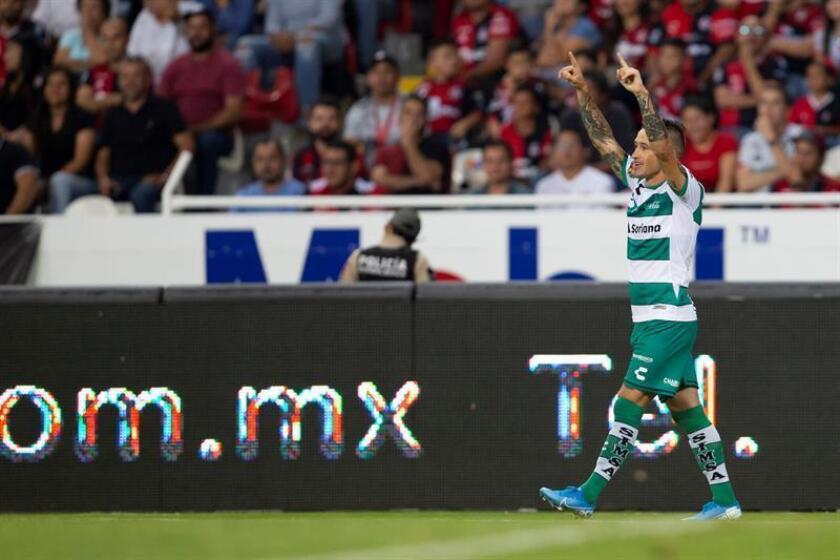 El uruguayo Lozano anota dos goles en el triunfo de Santos, ratificado como líder