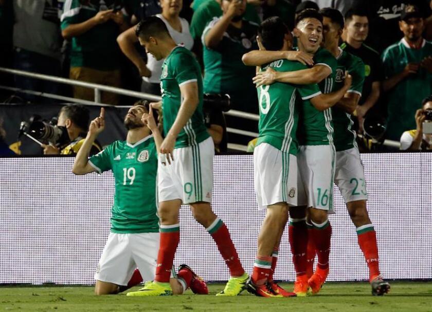 México logró hoy su pase a cuartos de final de la Copa América Centenario tras derrotar a Jamaica por 2-0, lo que de paso elimina a Uruguay a las primeras de cambio en beneficio de Venezuela, que también se clasifica para la siguiente fase.