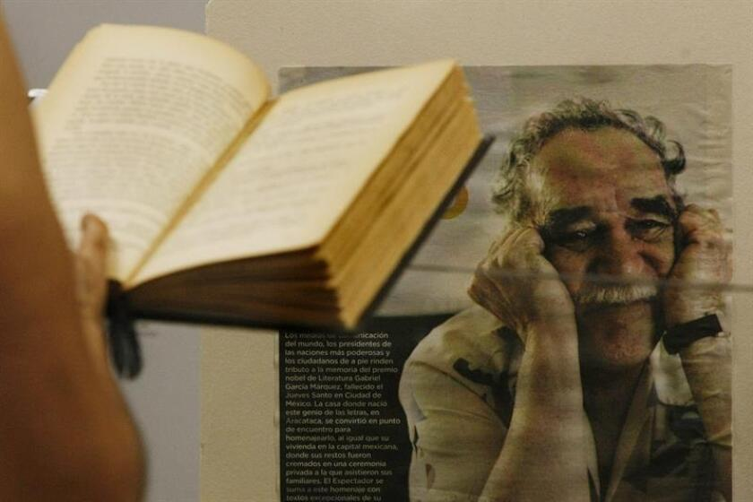Un mujer ojea un libro del escritor colombiano Gabriel García Márquez . EFE/Archivo