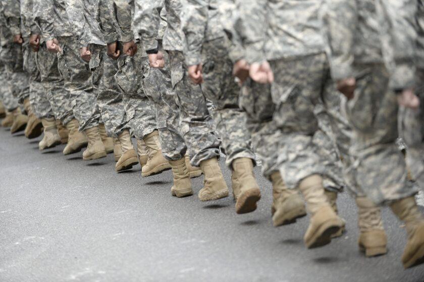 Soldados marchan