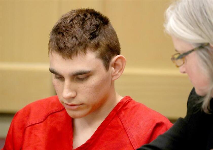 El autor confeso del tiroteo en un instituto de Florida el pasado 14 de febrero, Nikolas Cruz (izda), comparece ante la corte, en Fort Lauderdale, Florida, EEUU. EFE/Archivo
