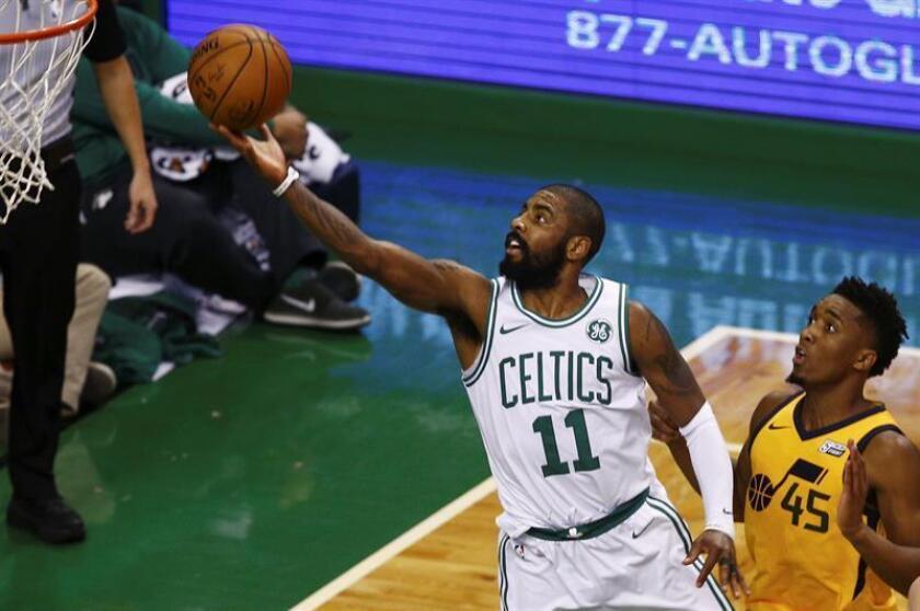 Kyrie Irving (i) durante un partido de la presente temporada de la NBA. EFE/Archivo