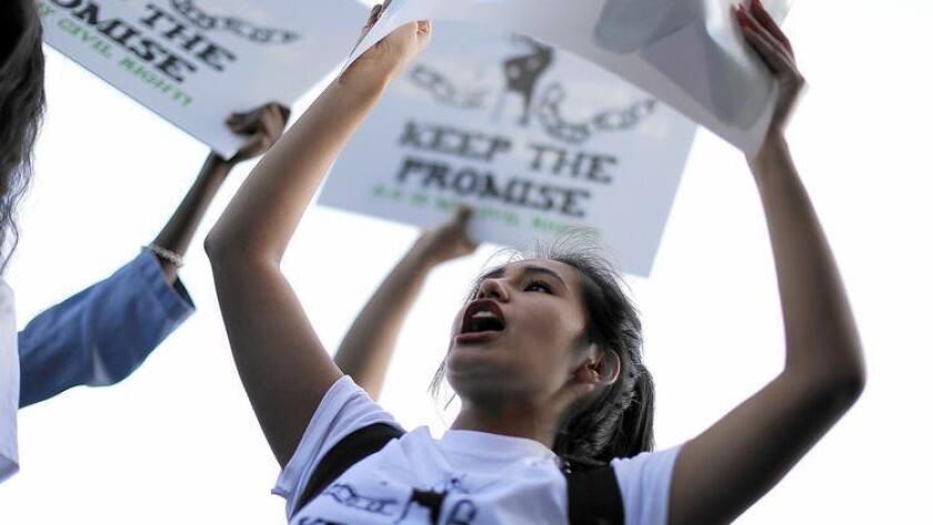 Estudiantes de preparatoria del Distrito Escolar Unificado de Los Ángeles realizaron protestas el año pasado para mantener los estándares académicos, y ayudar a los estudiantes a alcanzarlos. (Rick Loomis / Los Angeles Times).