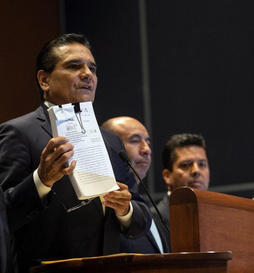 El gobernador del estado mexicano de Michoacán, Silvano Aureoles participa hoy en una rueda de prensa en Ciudad de México (México). Aureoles informó que debido a la falta de recursos económicos tomó la decisión de regresar al Gobierno federal los servicios de educación básica y normal. EFE