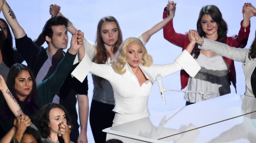 """""""Podemos y debemos cambiar la cultura para que ninguna superviviente se pregunte: ¿qué hice?. No es culpa suya"""", afirmó Biden, que se refirió a un problema del que habla el filme """"The Hunting Ground"""" al que pertenecía la canción de Lady Gaga que optaba al Oscar"""