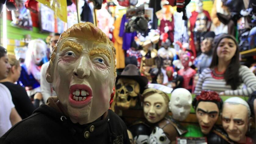 Un hombre se prueba una máscara de Donald Trump en un mercado de Ciudad de México, el 6 de noviembre de 2016.