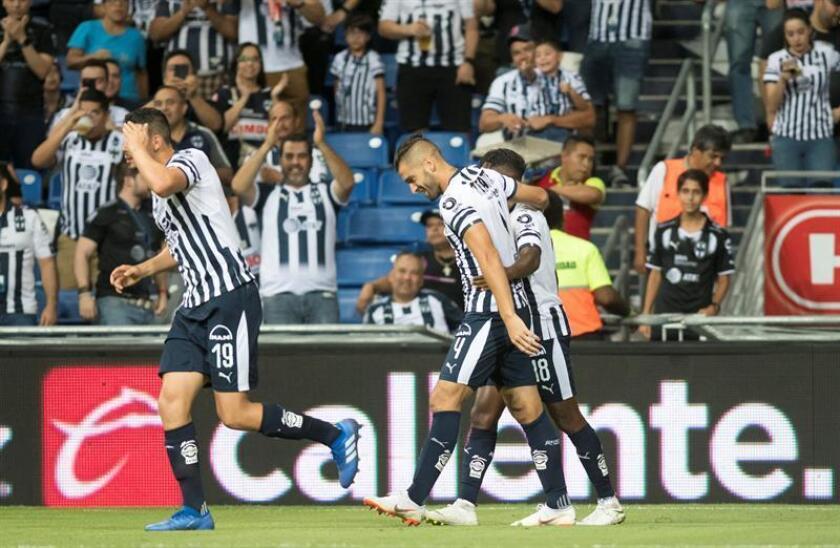 Nicolás Sánchez (c), de los Rayados de Monterrey, fue registrado este sábado al festejar un gol que le anotó a los Pumas de la UNAM, durante un partido correspondiente a la jornada 5 del Torneo Apertura de fútbol en México, en el estadio BBVA de la ciudad de Monterrey. EFE