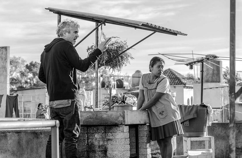Alfonso Cuarón y Yalitza Aparicio durante el rodaje de Roma, la cinta nominada a los Golden Globes.