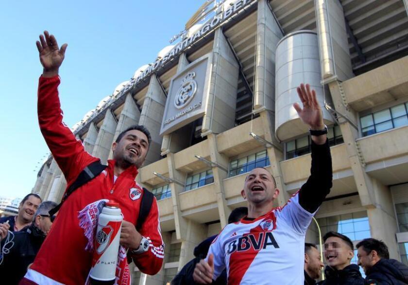 Aficionados de River Plate se concentran en las inmediaciones del Santiago Bernabéu donde este domingo se jugará la final de la Copa Libertadores . EFE
