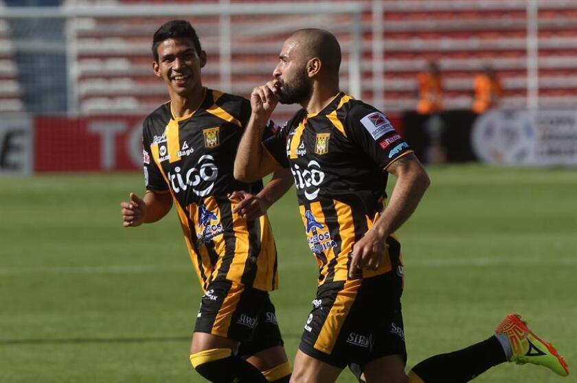 En la imagen, el centrocampista paraguayo Ernesto Cristaldo (d). EFE/Archivo