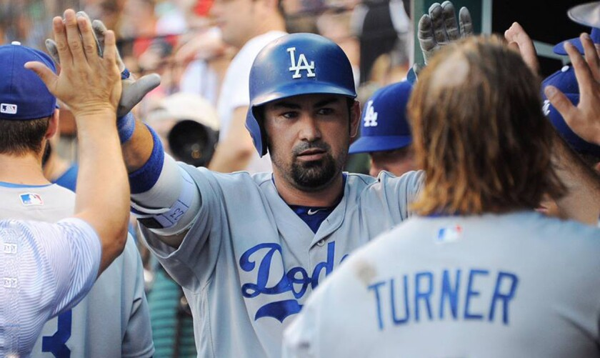 Adrián González es felicitado por sus compañeros de los Dodgers; el mexicano se fue de 5-3 con dos anotadas y cuatro remolcadas.