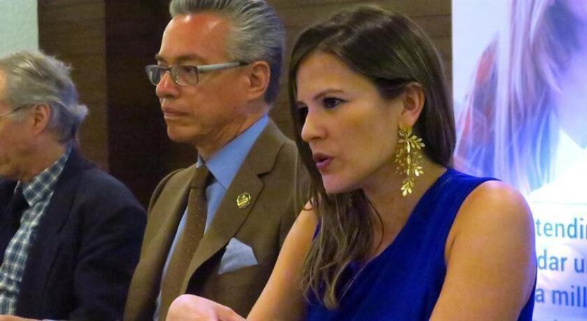 La doctora María Fernanda Arboleda(d), durante una rueda de prensa en Ciudad de México hoy martes 26 de febrero de 2019. EFE/MÁXIMA CALIDAD DISPONIBLE