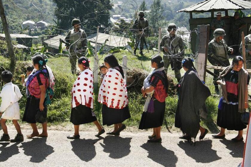 """Un grupo de mujeres de la comunidad de Acteal del estado mexicano de Chiapas caminan rumbo al sitio donde fueron asesinados 45 mujeres, hombres y niños en 1997 a manos de un grupo paramilitar denominado """"Mascara Roja"""". EFE/Archivo"""