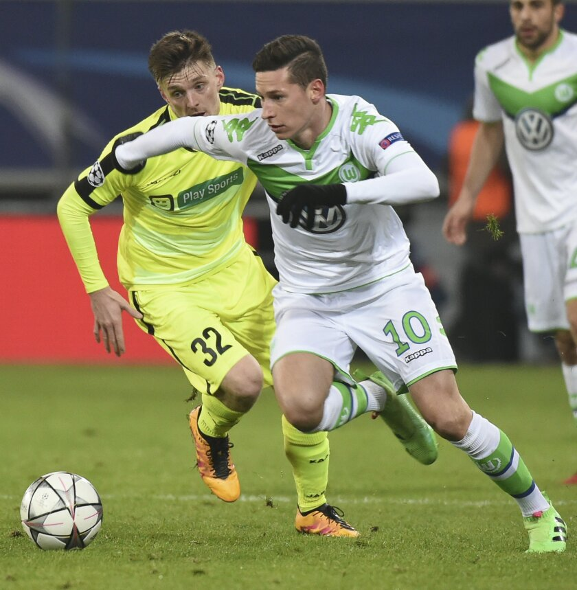 Wolfsburg's Julian Draxler, right, and Gent's Thomas Foket, left, vie for the ball during the Champions League round of 16, 1st leg soccer match between Gent and Wolfsburg at Ghelamco Arena in Ghent, Belgium, Wednesday, Feb. 17, 2016. (AP Photo/Geert Vanden Wijngaert)
